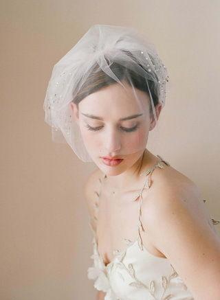 服饰潮流 正文    头纱通常是由薄纱和透明硬纱制成的,它可能有蕾丝