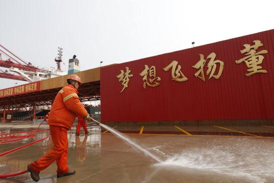 青岛港新闻中心讯 踏上3月的青岛港董家口公司40万吨矿石码头,整洁的桥面,干净的护栏,薄雾中的四台大机依旧光鲜夺目。其实,整座码头每天都处于这样一个良好的状态,码头保洁形成了常态化管理。创出公司员工品牌武青保洁的装卸队职工石武青对此解释说:平时我们每个人的兜里都会揣一块干净的抹布,工作间隙就顺手擦一擦,作为青岛港对外展示的窗口和名片,我们要像爱护自己的眼睛一样,全力擦亮这道亮丽风景线。   石武青的做法和经验在全公司得到了推广。3月17日下午2点,装卸队10班职工徐凤全在引桥入口处认真擦拭着