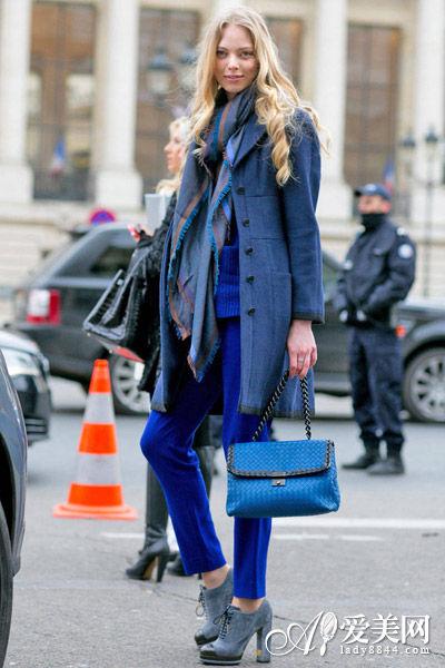 藏蓝色外套搭配围巾