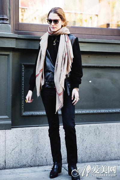 裤+黑色短靴+米色围巾