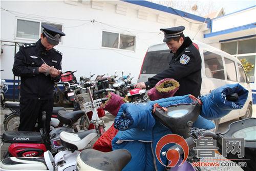 民警清点被盗电动自行车