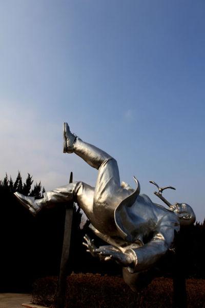 青岛雕塑园在海底世界附近的海边