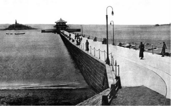 1922年,中国从日本人手中收回了胶澳租借地,定名为胶澳商埠(直属中央政府),同年十一月先后颁布[胶澳商埠章程及青岛市施行自治制令],这是称为青岛市的最早记载。这个青岛市也只是胶澳商埠的一部分,并受胶澳商埠的监督。直到1929年,胶澳商埠局撤消,原胶澳商埠的辖区被命名为青岛特别市,从这时起,青岛这个地名才代表了全市区。此后,尽管所辖范围时有变迁,但青岛市这个名称一直沿用至今。现在,青岛市辖范围一万余平方公里,计有市南,市北,四方,李沧,崂山,城阳,黄岛七区,即墨,平度,胶洲,胶南,莱西五市。 青岛老照