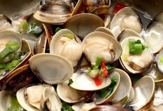 到青岛不能不吃的是蛤蜊,原汁蛤蜊,辣炒蛤蜊,凉拌蛤蜊,烤蛤蜊,油