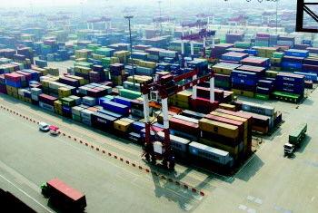 位于青岛西海岸新区的青岛港外贸集装箱码头日夜繁忙