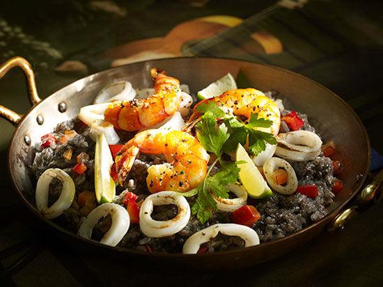 美食佳肴都是球迷们关注的焦点,现在我们一起来了解下西班牙的特色美食。众所周知,西班牙海产资源发达,盛产海鲜,尤其以瓦伦西亚海鲜饭远近驰名。酒店大厨沿用当地的传统做法,并原装进口西班牙水榄油,红椒粉等特色调味料,让一盆海鲜饭美味无比。西班牙美食汇集了西式南北菜肴的烹制方法,其菜肴品种繁多,口味独特,只是看图片就能让你口水直流。 西班牙美食