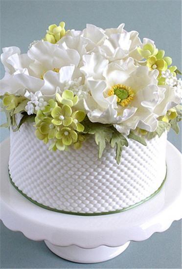 一款简单的单层蛋糕,蛋糕下方的礼帽设计,可爱又个性,木材的旗帜是