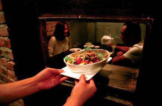 """中国监狱式主题餐厅 体会""""吃牢饭""""感觉"""