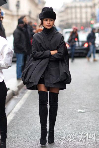 示范搭配:白色套头针织衫 黑色短裙 黑色高跟长靴 浅粉色长风衣