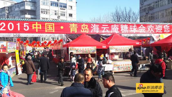 除丰富多彩的民俗文化活动外,今年海云庵会场还汇聚了数百种国内外特色小吃,为广大游客奉上一场美食盛宴。今年在嘉禾路中华美食街的基础上,继续在遵化路、蒙化路设立台湾士林夜市小吃街和东南亚美食街,为游客带来多种多样的味觉体验;在小吃品种上,除保留往届糖球会中最受欢迎的小吃品种之外,还新增了香港辣鱼蛋、鸡蛋仔、轰炸大鱿鱼、东来顺等诸多特色小吃品种,在台湾士林夜市小吃街和东南亚美食街上还备有多种地道的南方美食供游客选择。 糖球会上的糖球商户
